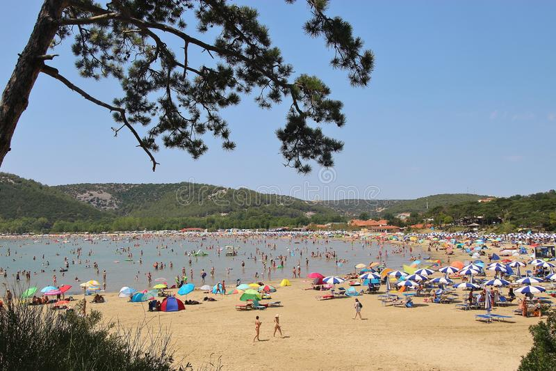 A praia aglomerada do paraíso no verão, na cidade e no recurso Lopar, ilha de Rab, Croácia imagens de stock