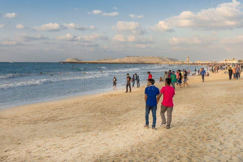 Praia aglomerada do porto no dia ensolarado, Dubai de Jumeirah imagens de stock