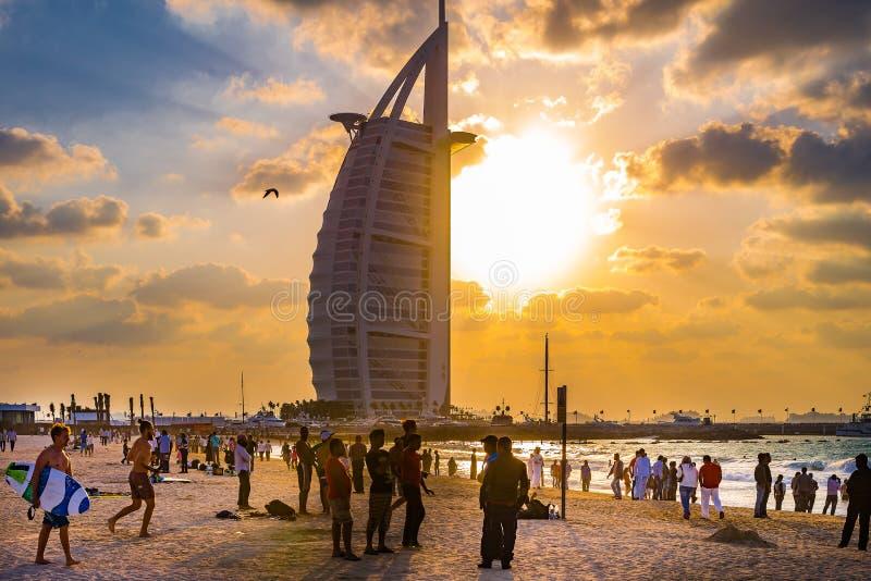 Praia aglomerada do porto no dia ensolarado, Dubai de Jumeirah foto de stock royalty free