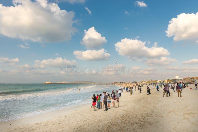 Praia aglomerada do porto no dia ensolarado, Dubai de Jumeirah fotografia de stock