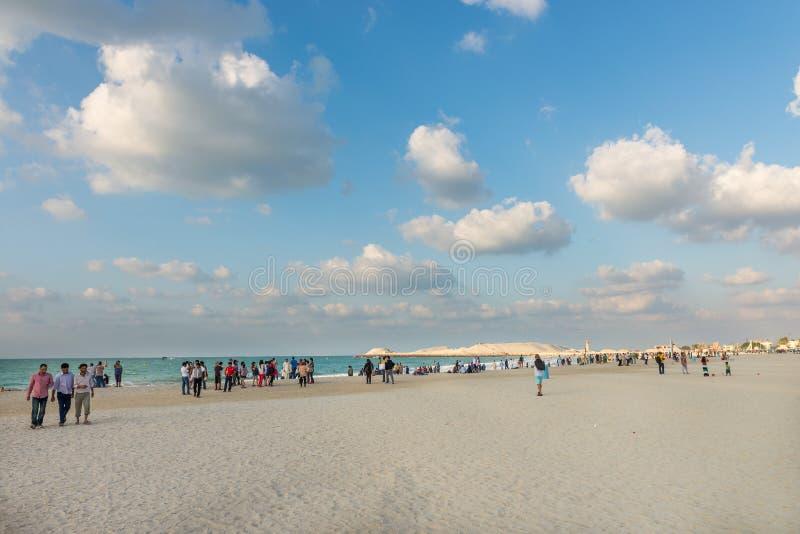 Praia aglomerada do porto no dia ensolarado, Dubai de Jumeirah imagem de stock royalty free