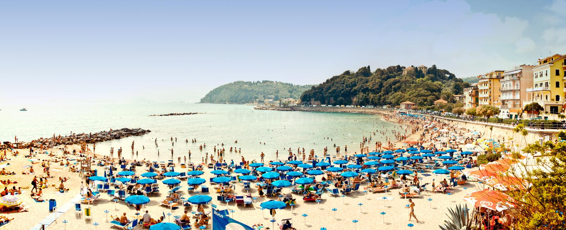 Praia aglomerada no mar Ligurian, Lerici, Italy fotografia de stock royalty free