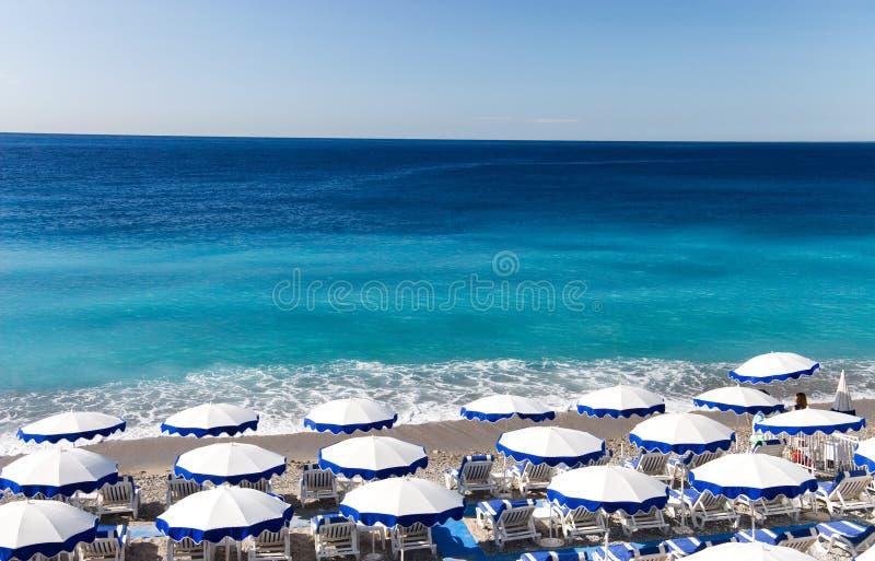 Praia agradável bonita com guarda-chuvas imagens de stock