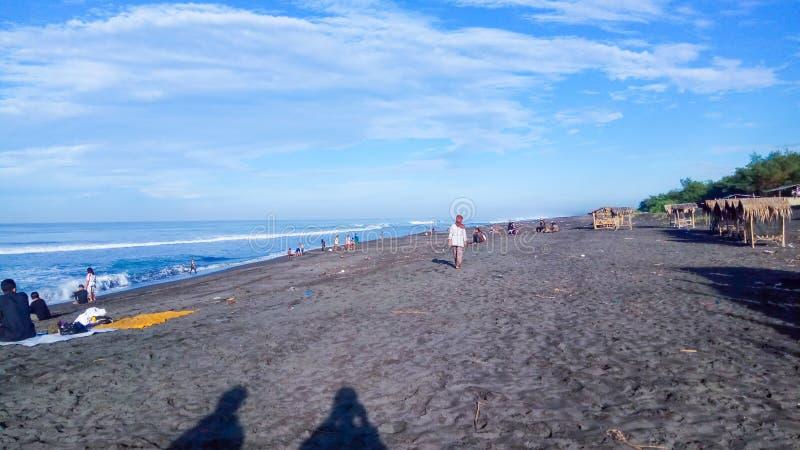 Praia agradável com areias pretas imagem de stock