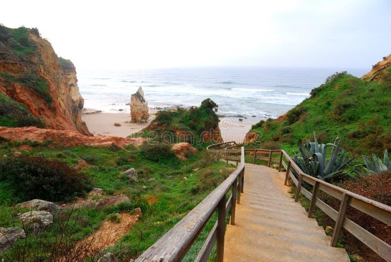 praia algarve da Португалии шагает к vau деревянному стоковое изображение