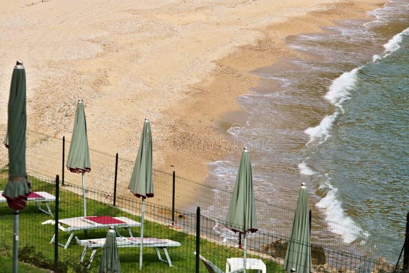 Praia amarela do ocre e mar verde azul fotografia de stock royalty free