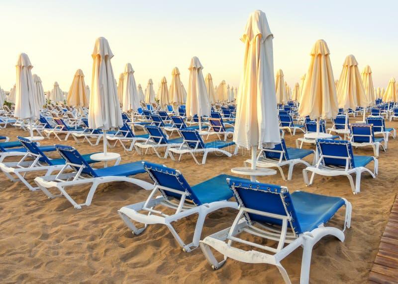 praia ao mar com camas do sol e os guarda-chuvas dobrados, Turquia, recurso lateral fotos de stock