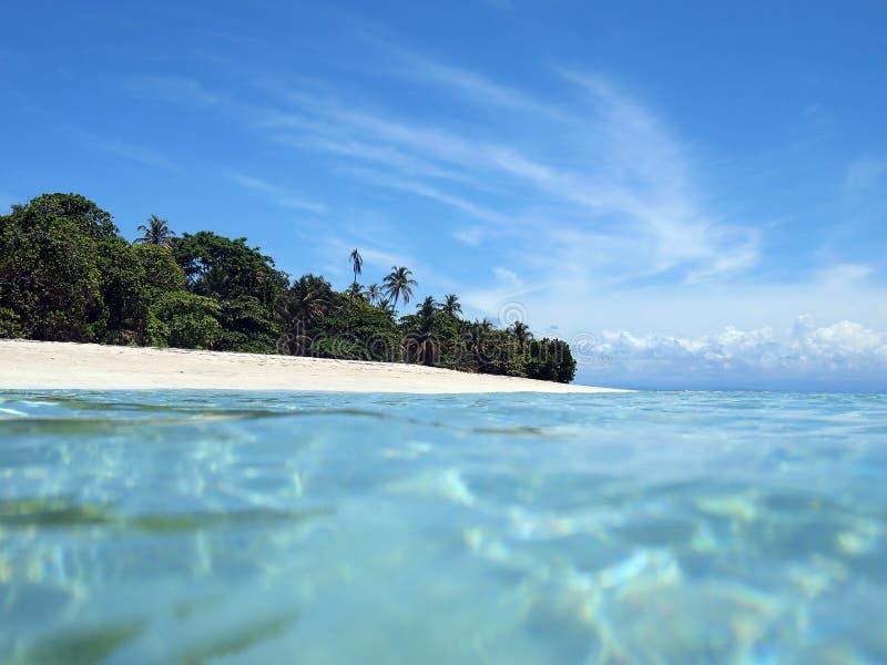 Praia arenosa branca Unspoiled fotos de stock royalty free