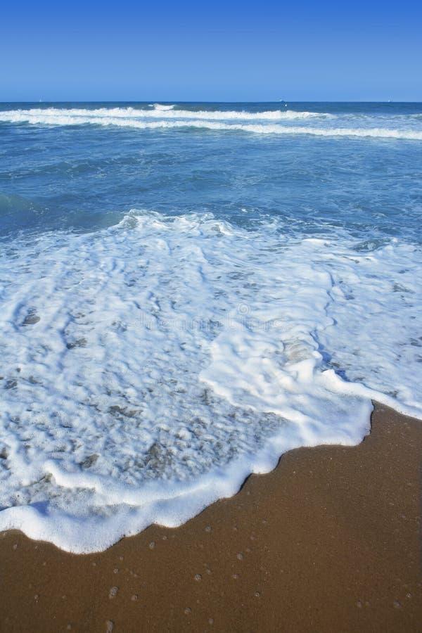 Praia azul do mar Mediterrâneo azul em Spain imagens de stock royalty free
