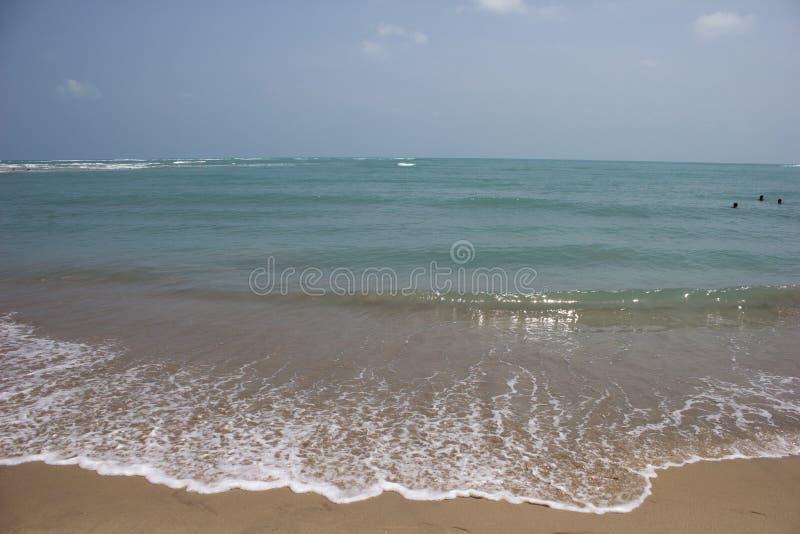 Praia azul do oceano no golfo de Mannar foto de stock