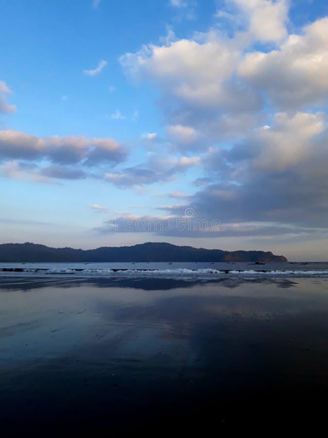 A praia azul e o céu azul foto de stock