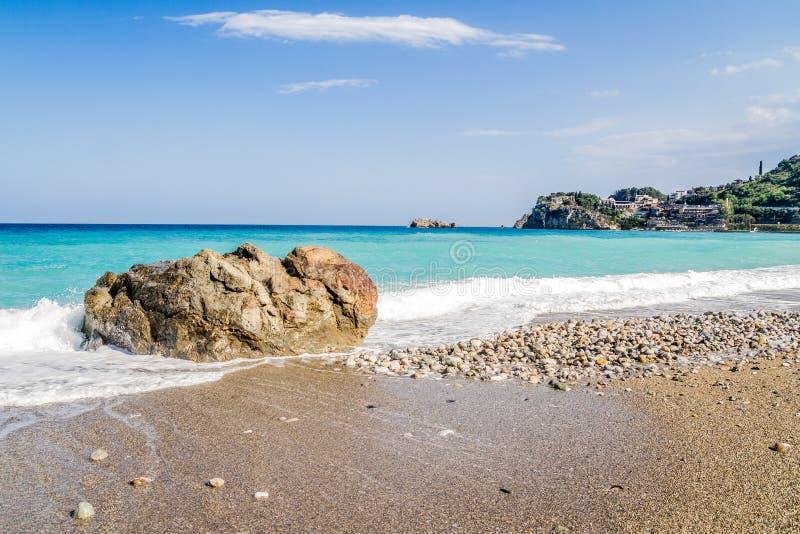 Praia azul em Taormina fotografia de stock royalty free