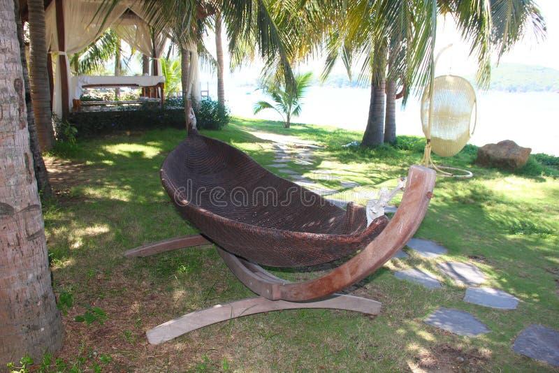 Praia bonita Cadeiras no Sandy Beach perto do mar Conceito das f?rias de ver?o e das f?rias para o turismo L tropical inspirado imagem de stock