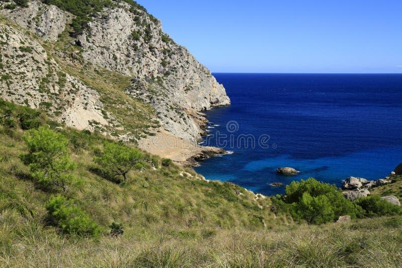 Praia bonita com água do mar de turquesa, Cala Figuera, Majorca, Espanha foto de stock royalty free