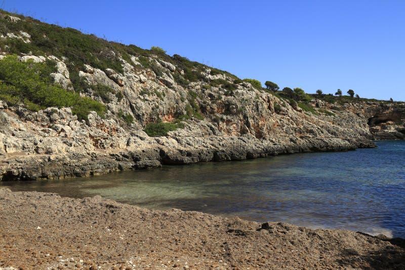 Praia bonita com água do mar de turquesa, Cala Virgili, Majorca, Espanha fotografia de stock royalty free