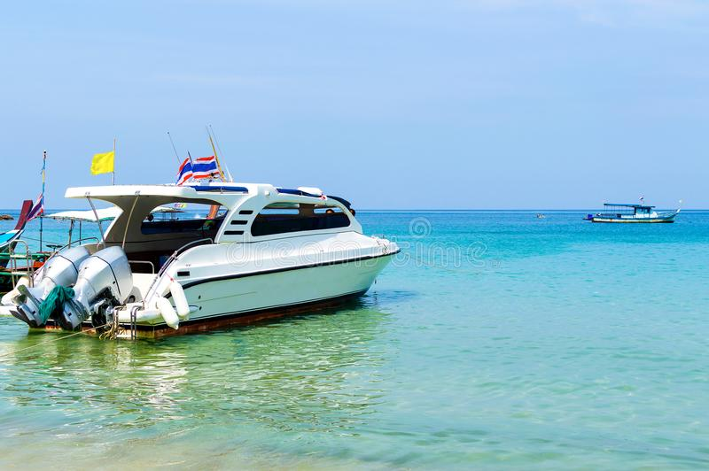 Praia bonita com o barco da velocidade do motor fotos de stock royalty free