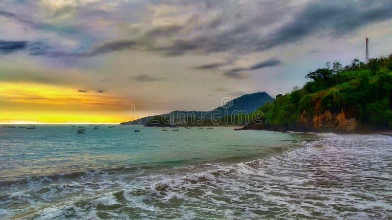 Praia bonita com recifes de corais e por do sol imagens de stock royalty free