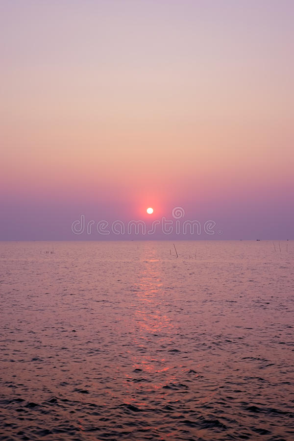A praia bonita da natureza da paisagem do nascer do sol do por do sol com as cores doces cor-de-rosa e o roxo nubla-se a água do  imagem de stock royalty free