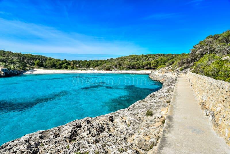 Praia bonita de Cala S'Amarador em Mondrago - parque natural na Espanha de Majorca, Balearic Island, mar Mediterr?neo, Europa imagem de stock