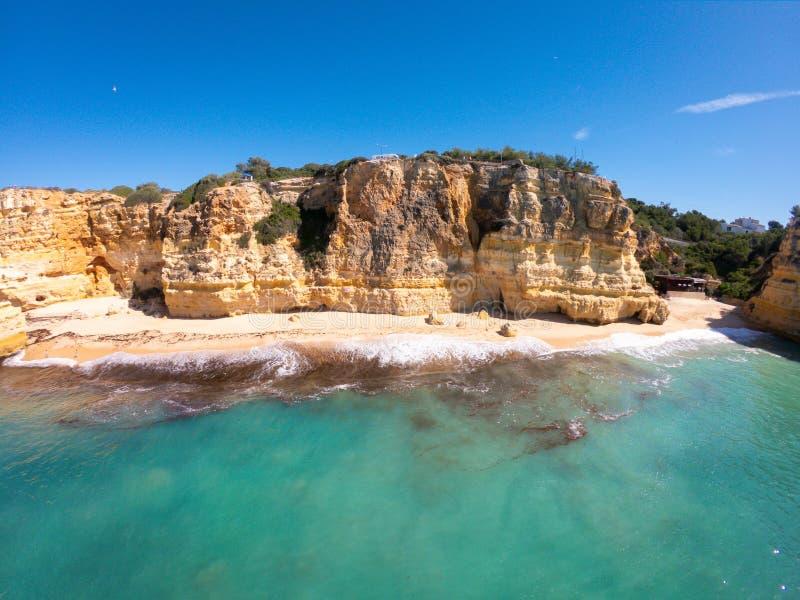 Praia bonita de Praia De Marinha Mais em Lagoa, o Algarve Portugal Vista a?rea em penhascos e em costa de Oceano Atl?ntico imagem de stock royalty free