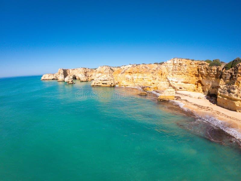 Praia bonita de Praia De Marinha Mais em Lagoa, o Algarve Portugal Vista a?rea em penhascos e em costa de Oceano Atl?ntico fotos de stock
