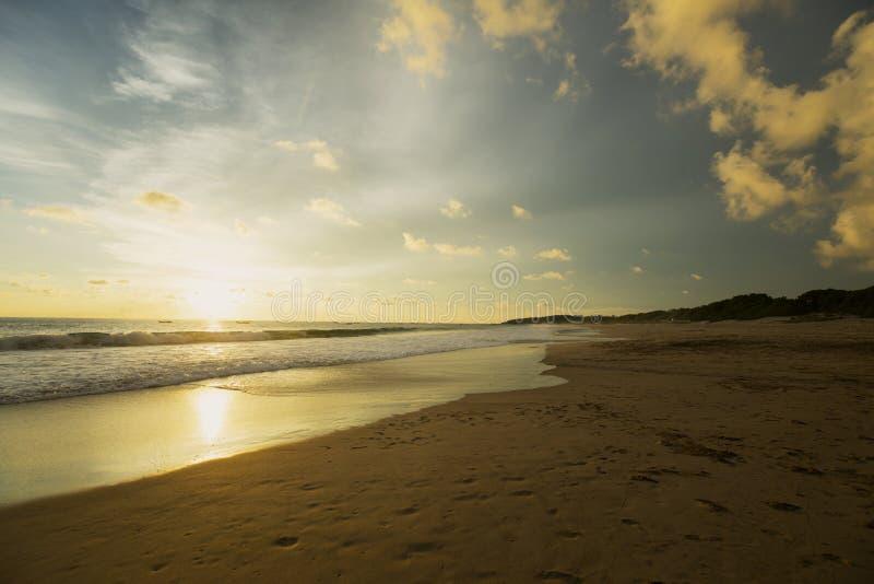 Praia bonita de Pangumbahan no tempo do alvorecer fotos de stock
