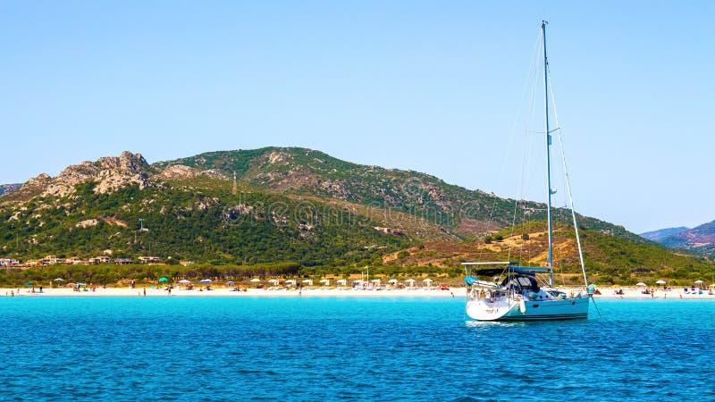 A praia bonita de Porto Taverna, na costa leste de Sardi fotos de stock