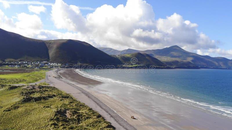 Praia bonita de Rossbeigh na opinião aérea da Irlanda imagens de stock