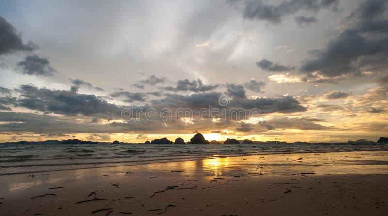 Praia bonita de Tubkaak do por do sol, krabi, Tailândia imagem de stock royalty free