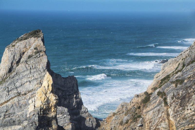 Praia bonita de Ursa com suas forma??es de rocha colossais foto de stock royalty free