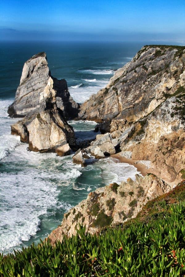 Praia bonita de Ursa com suas forma??es de rocha colossais fotos de stock royalty free