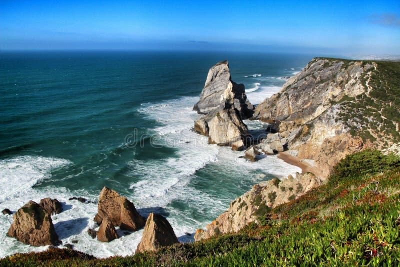 Praia bonita de Ursa com suas forma??es de rocha colossais foto de stock