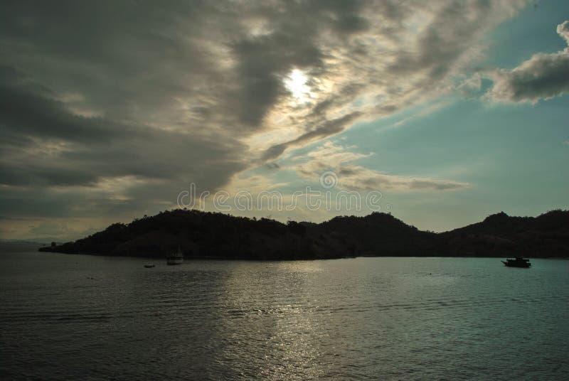 Praia bonita do console Vista da praia tropical com o céu azul em Labuan Bajo, Indonésia Mar e praia bonitos no por do sol imagens de stock royalty free