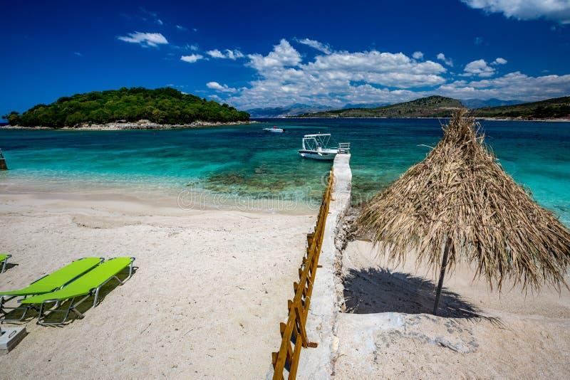 Praia bonita do mar Ionian, Ksamil, Albânia foto de stock