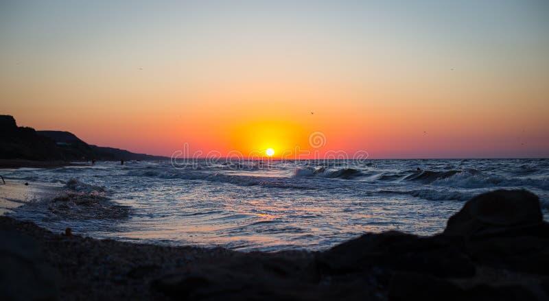Praia bonita do por do sol do mar imagens de stock