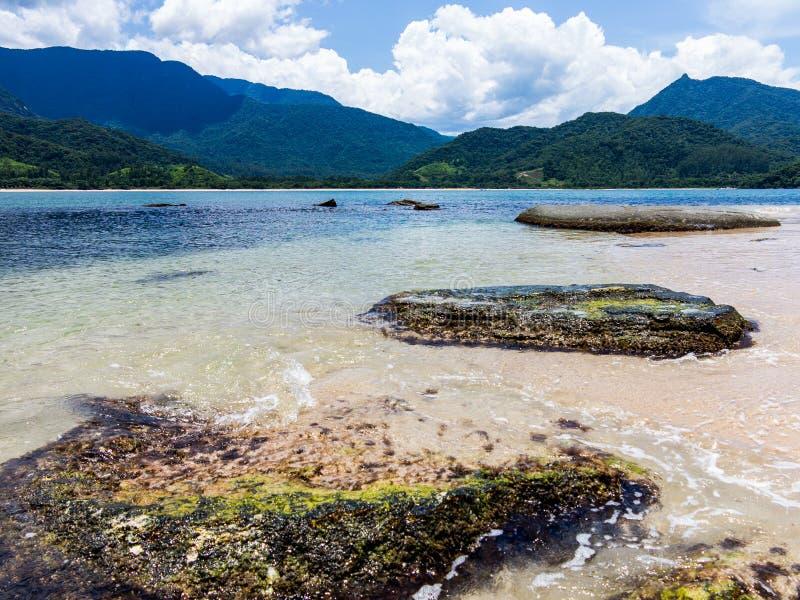 Praia bonita em Brasil com o mar extremamente limpo e claro fotografia de stock