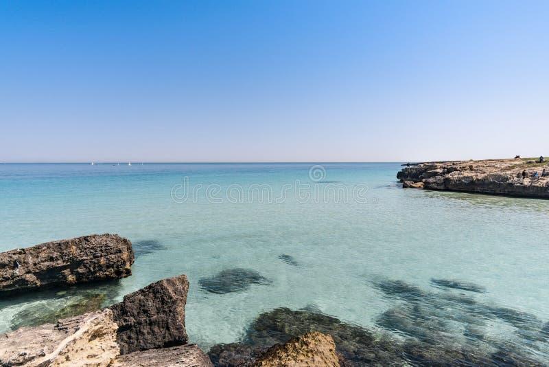Praia bonita em Monopoli - cidade metropolitana de Bari e região de Apulia Puglia imagem de stock royalty free