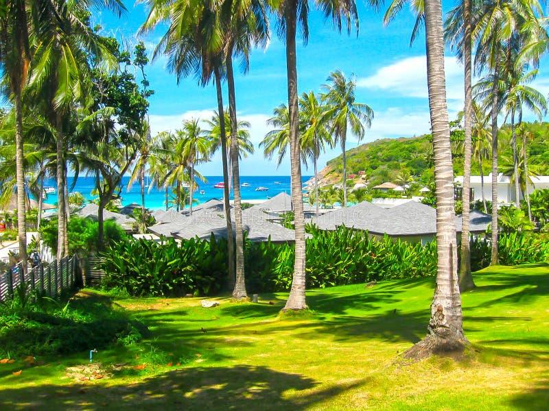 Praia bonita em uma ilha tropical Koh Racha Yai imagens de stock