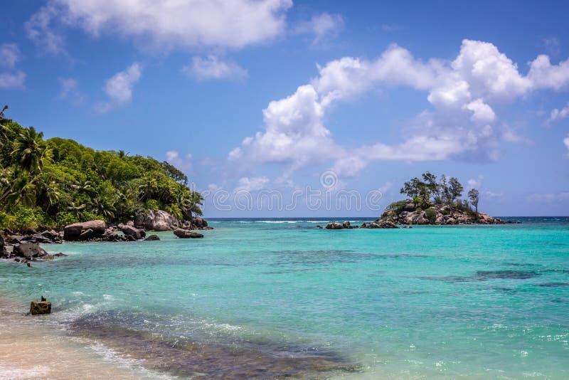 Praia bonita na ilha de Mahe em Seychelles, a ilha principal do país imagem de stock