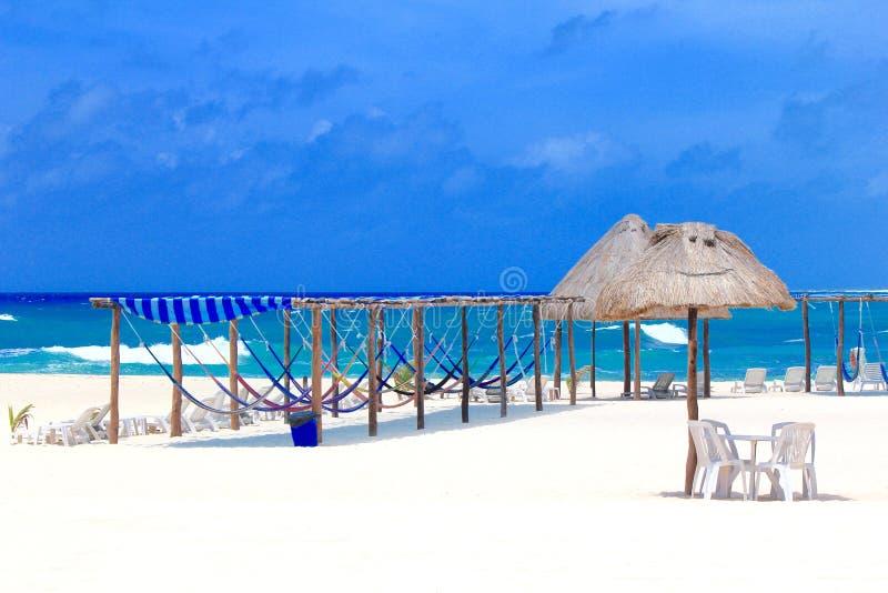 Praia bonita no Bahamas com redes imagens de stock royalty free