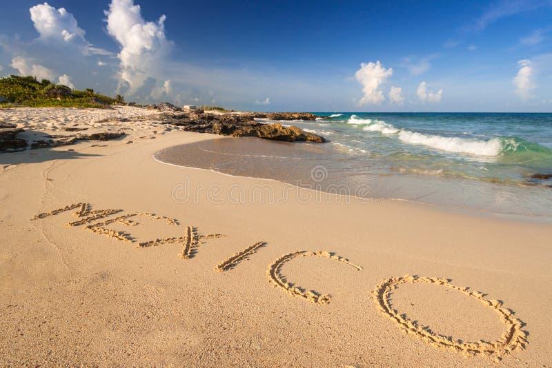 Praia bonita no Playa del Carmen, México do mar das caraíbas foto de stock royalty free