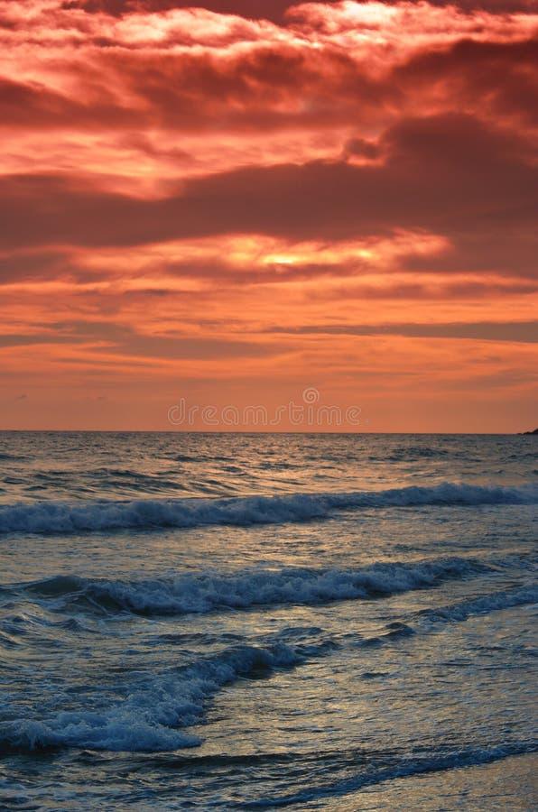 Praia bonita no por do sol no console de Corfu fotografia de stock