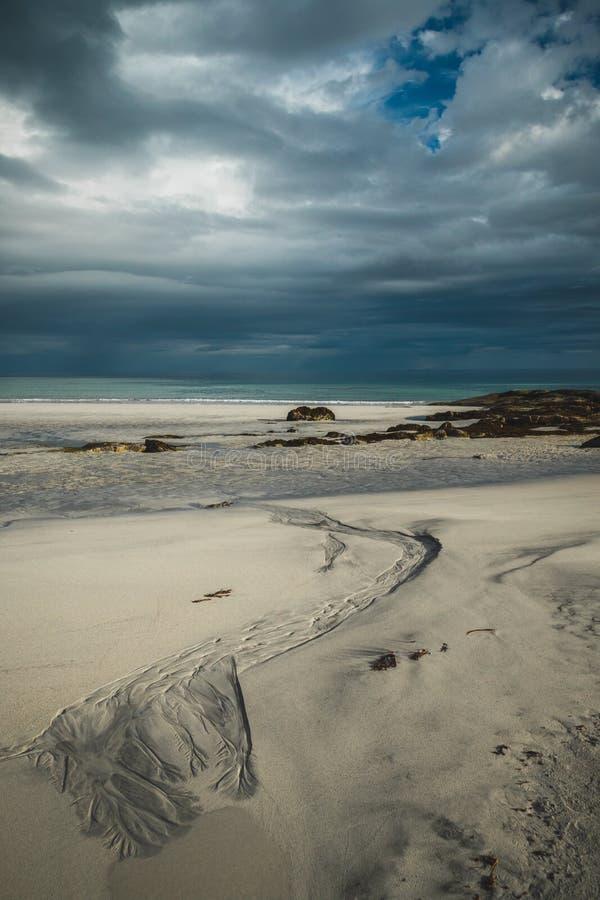 Praia bonita Skagsanden em Flakstad, ilhas de Lofoten em Noruega nas horas de verão fotos de stock royalty free
