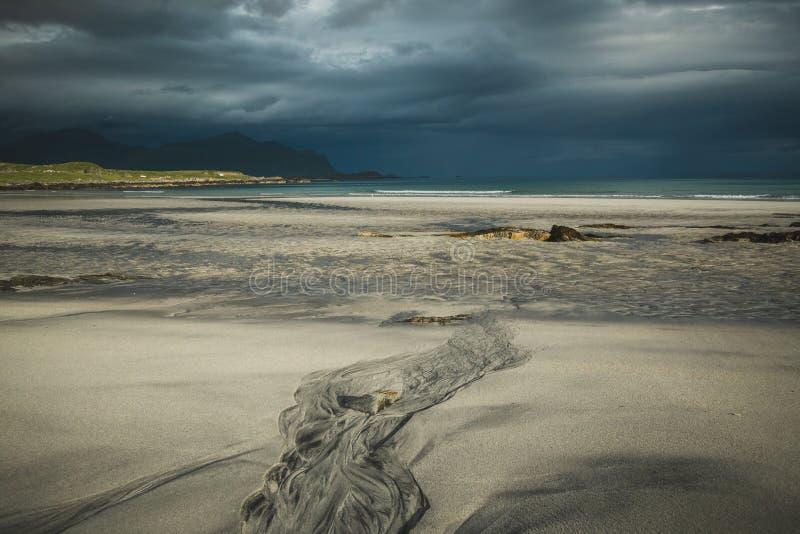 Praia bonita Skagsanden em Flakstad, ilhas de Lofoten em Noruega nas horas de verão imagens de stock