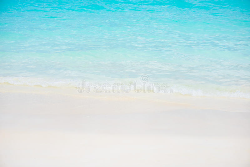 Praia branca bonita da areia e mar tropical do azul de turquesa fotografia de stock royalty free
