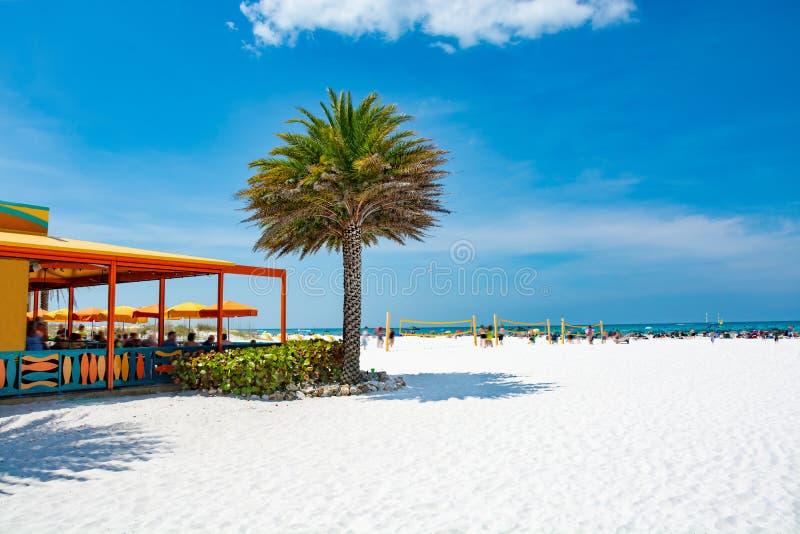 Praia branca bonita da areia na praia Florida de Clearwater fotografia de stock royalty free