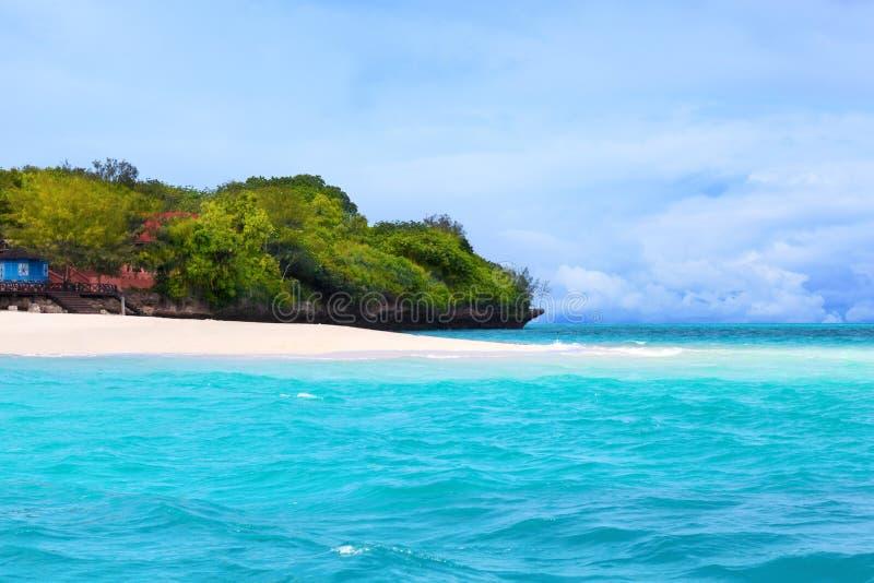 Praia branca bonita da areia zanzibar fotos de stock royalty free