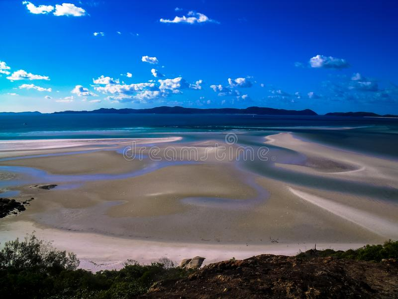 A praia branca bonita do abrigo nas ilhas do domingo de Pentecostes, Austrália fotografia de stock