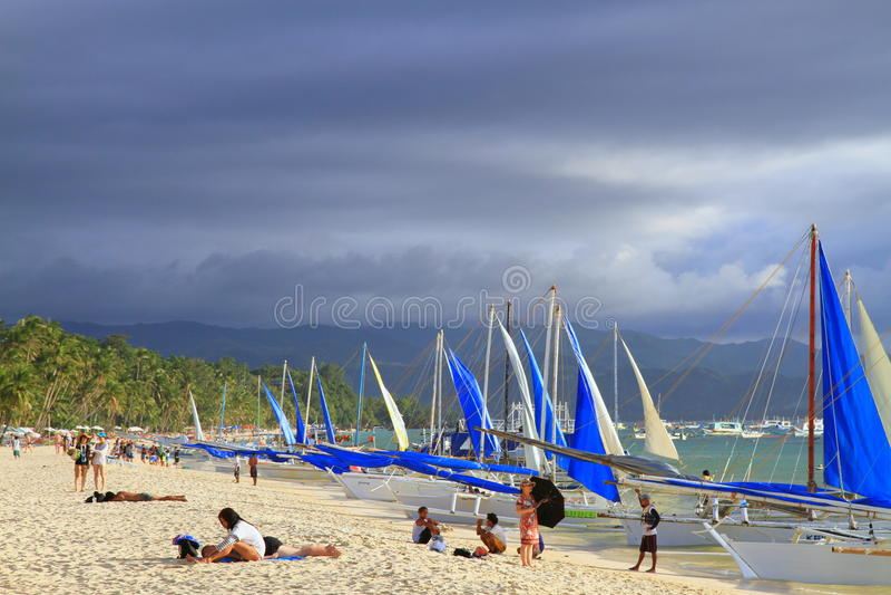 Praia branca com veleiros - Boracay foto de stock