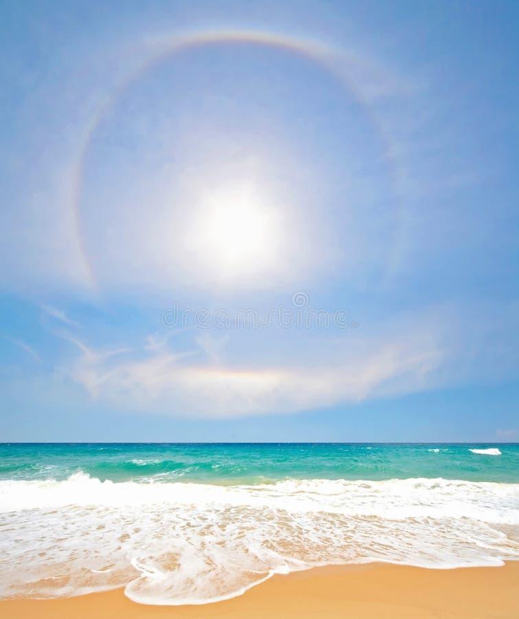 Praia branca da areia com arco-íris e Sun em Phuket fotos de stock
